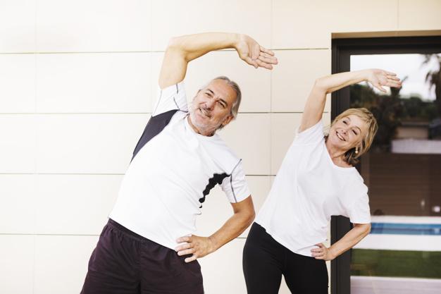 couple de seniors faisant du sport